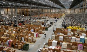 Foto Recurso. Almacén, paquetes, envíos, nave, productos, empaquetar